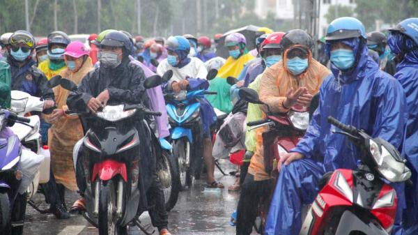 Trời mưa tầm tã, cả nghìn người dân vẫn ùn ùn chạy xe máy về quê tránh dịch Covid-19
