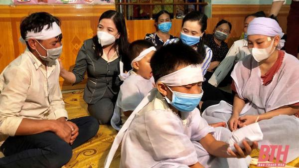 Hai mẹ con tử vong trên đường đi xe máy về quê, gia đình nghèo gom góp vay mượn để có khoảng 80 triệu vào Quảng Nam lo hậu sự