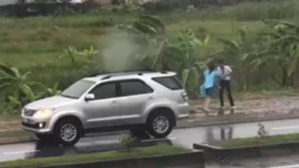 Cặp đôi cãi nhau gay gắt dưới mưa, cô gái ngất xỉu và diễn biến sau đó khiến ai cũng cười bò