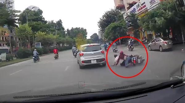 Ô tô tự dưng tông ngã 2 người đi xe máy rồi phóng mất dạng giữa phố đông