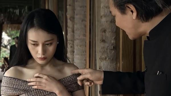 """Ông Cấn dạy Quỳnh đi tiếp khách, tiện tay chỉ vào áo: """"Bên trong không được mặc gì, cho nó tiện"""""""