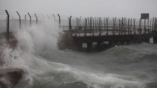 Siêu bão Mangkhut đã đổ bộ Hong Kong với từng cột sóng cao đến 14m