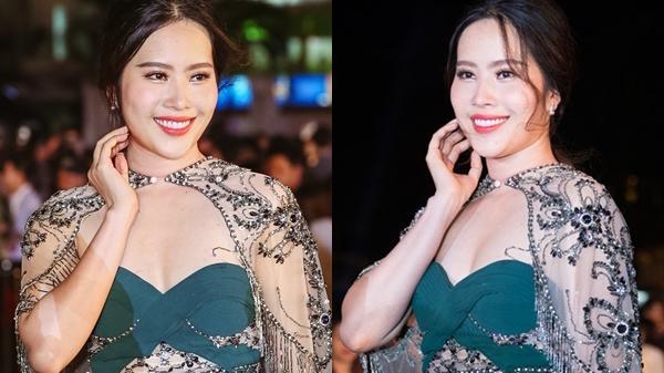 Nam Em chiếm spotlight tại thảm đỏ Hoa hậu với màn tăng cân sốc