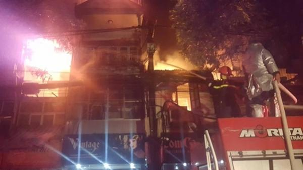 Cả dãy nhà ở La Thành bốc cháy ngay gần viện Nhi TW, dân hoảng loạn vừa chạy vừa khóc trong mưa
