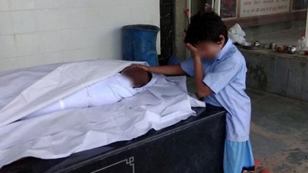 Bức ảnh cậu bé khóc trước thi thể cha gây xúc động, nhận về gần 1 tỷ quyên góp trong 1 ngày