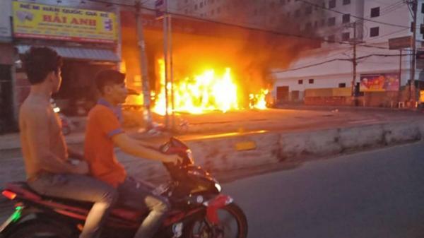 Cây xăng nổ lớn cháy dữ dội, lửa liếm tràn ra đường khiến nhiều người vứt xe tháo chạy
