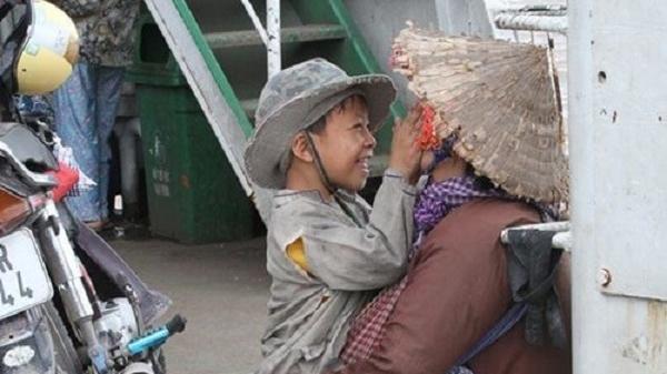 Rớt nước mắt khoảnh khắc đứa trẻ ăn xin nở nụ cười với mẹ trên chuyến phà mưu sinh: Ấm lòng triệu trái tim