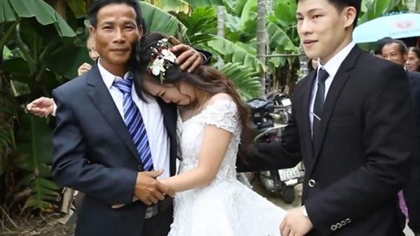Khoảnh khắc cô dâu mồ côi bố mẹ từ nhỏ níu chặt tay chú ruột khi về nhà chồng khiến bao người xúc động