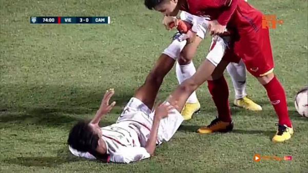 Cầu thủ Campuchia ngã xuống sân, Quang Hải chạy tới và có hành động khiến dư luận vỗ tay khen ngợi