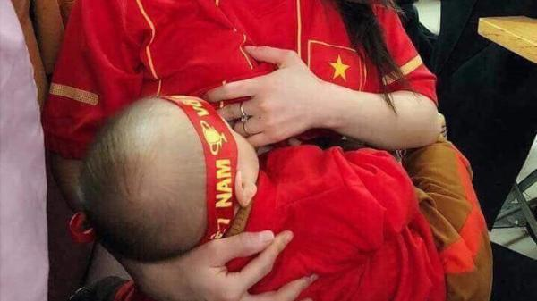 Vừa cổ vũ ĐT Việt Nam vừa cho con bú - hình ảnh về nữ CĐV đặc biệt nhất trong tối hôm nay