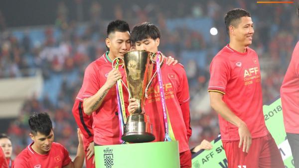 Công Phượng tỉ mỉ kiểm tra cúp vàng AFF Cup 2018 là thật hay giả