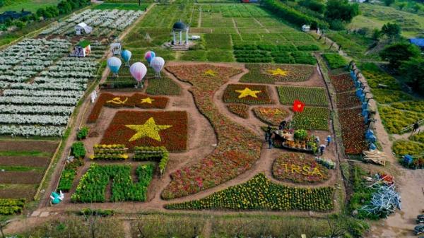 Nhanh chân đi check-in ngay bản đồ Việt Nam làm từ 150.000 cây hoa đầy màu sắc ở Hà Nội