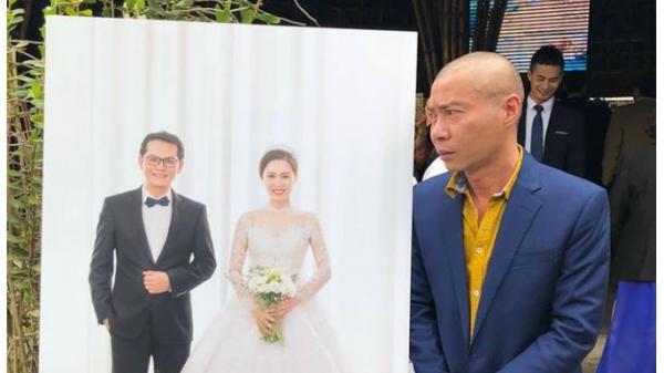 """Khoảnh khắc độc: Công Lý """"lườm nguýt"""" ảnh cưới Trung Hiếu quê Thái Bình"""