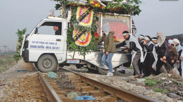 Khăn tang phủ trắng đường làng ngày đưa 6 n ạn n hân thiệt mạn g trong vụ tai nạn giao thông thảm khốc về nơi an nghỉ cuối cùng