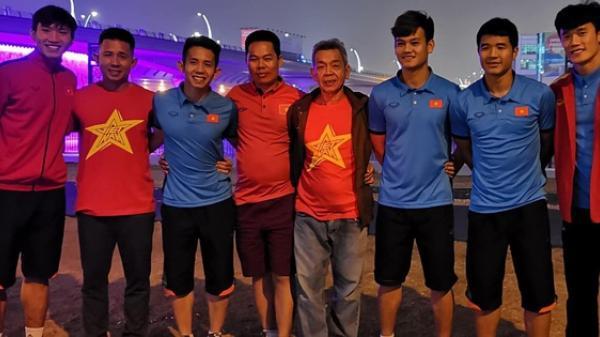 Sau trận thua Nhật Bản, Văn Hậu, Hồng Duy gặp gỡ bố mẹ trong đêm cuối cùng ở Dubai