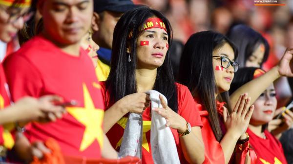 CĐV Việt Nam ở UAE bật khóc, chứng kiến các tuyển thủ đi không vững sau trận đấu với Nhật Bản
