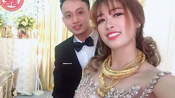 """Hình ảnh cô dâu đeo vàng trĩu người khiến dân mạng hài hước xuýt xoa: """"Lấy chồng đúng là một gánh nặng!"""""""