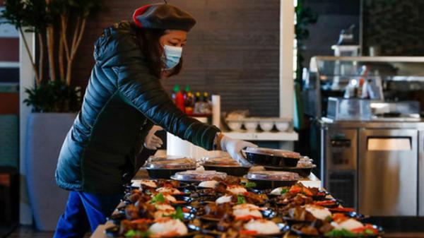 Bà chủ gốc Việt tự tay chuẩn bị hàng trăm suất cơm mang hương vị Việt Nam tặng các y bác sĩ Mỹ ở tuyến đầu chống dịch Covid-19