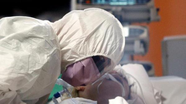 """Nữ y tá ở tuyến đầu chống dịch Covid-19: """"Đã từng thấy biết bao người qua đời nhưng đây là lần đầu tiên tôi phải lau nước mắt cho bệnh nhân"""""""
