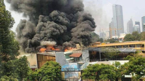 VỪA CHIỀU NAY: Cháy lớn giữa trung tâm 1 thành phố, sơ tán toàn bộ học sinh một trường cấp 3