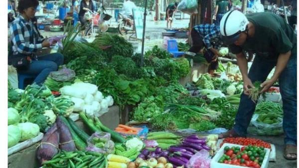 Người tiêu dùng h.ốt h.oảng vì rau xanh đ.ắt ngang thịt sau Tết Nguyên đán