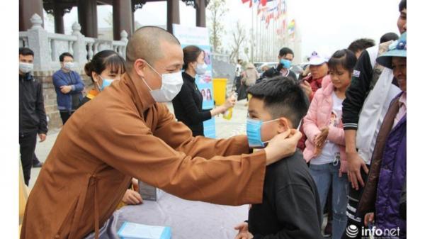 Đ.ối ph.ó corona, chùa Tam Chúc phát 10 vạn khẩu trang miễn phí