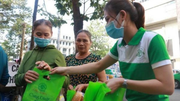 Tặng 1.000 chai dầu tràm và khẩu trang để phòng virus Corona