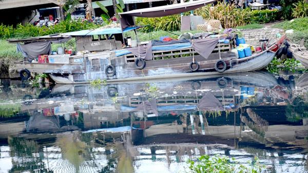 """TP.HCM: Rác thải, ô nhiễm """"bức tử"""" nhiều dòng kênh"""