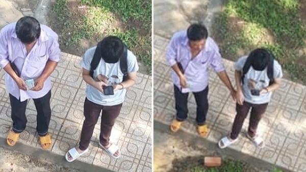 Người cha nghèo đếm từng đồng tiền lẻ rồi dúi vào túi con trai trong ngày nhập học
