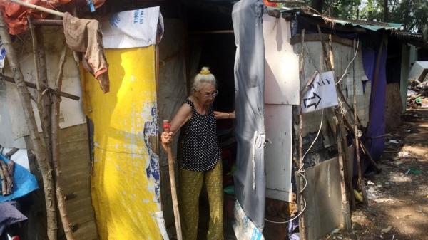 Người phụ nữ một thời giàu có, 94 tuổi sống gầm cầu, bán vé số