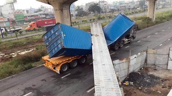 Xe container kéo sập dầm bêtông cầu bộ hành đang thi công