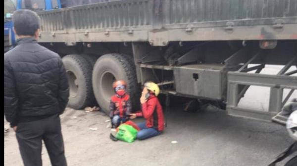 Vừa xong: Xe máy v.a ch.ạm xe đầu kéo, bé trai 5 tuổi t.ử vo.ng thương tâm