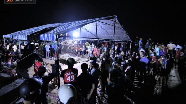 Hàng trăm người trắng đêm tìm kiếm thi thể 5 nạn nhân mất tích trong vụ lật ghe