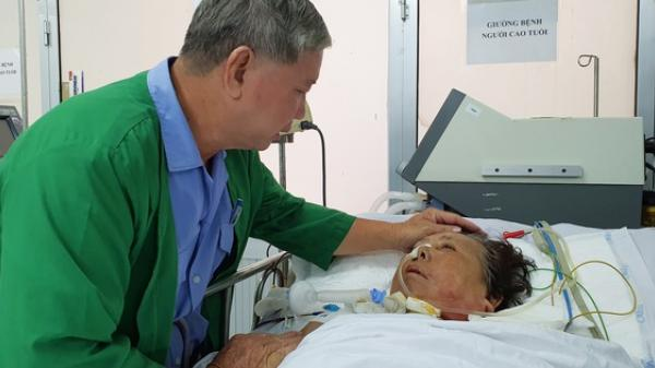 """Xúc động cảnh chồng nhỏ hơn vợ 11 tuổi, ngày làm bảo vệ kiếm tiền chữa bệnh cho vợ nằm liệt giường: """"Bà mau tỉnh lại với tui đi bà"""""""