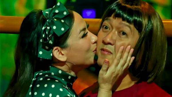 Trường Giang bối rối khi Phi Nhung ôm hôn trước hàng nghìn khán giả