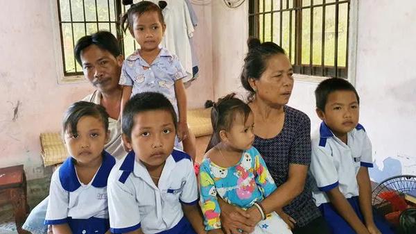 """Mẹ đột ngột qua đời, 5 đứa trẻ ở miền Tây côi cút đứng cạnh bàn thờ và câu hỏi nhói lòng: """"Sao mẹ ngồi trên đó mà không xuống chơi với con"""""""