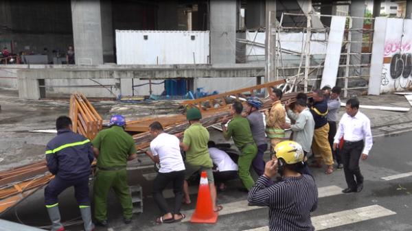 TP.HCM: Cổng công trường SaiGon One Tower đổ sập, một phụ nữ hốt hoảng vứt xe bỏ chạy