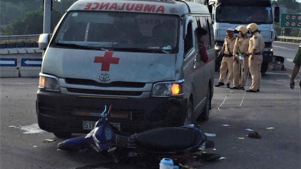Xe cứu thương TP.HCM chở  thi thể bệnh nhân t ông xe máy, 2 người nguy kịch