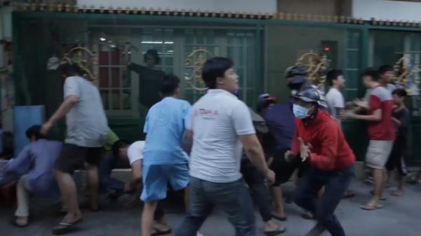 """Đội quân """"cô hồn sống"""" trèo tường, lao vào tranh c ướp tiền cúng gây náo loạn đường phố Sài Gòn"""