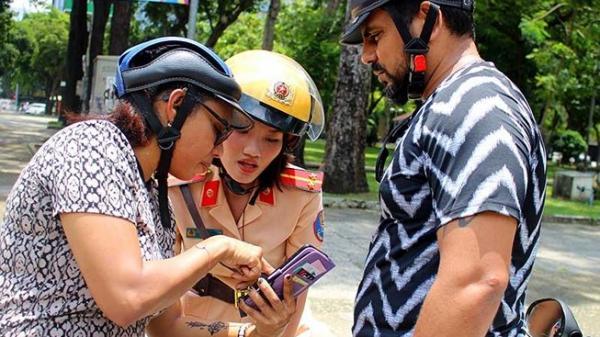 Nữ CSGT ở Sài Gòn khiến khách Tây tâm phục khẩu phục