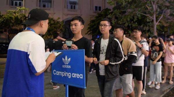Giới trẻ Sài Gòn ăn ngủ 10 ngày ở ngoài Bitexco để săn giày hiếm