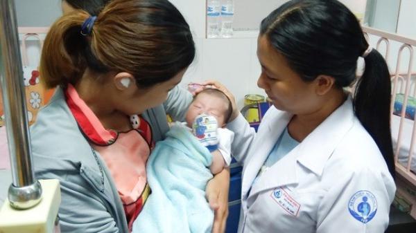 TP HCM: 20 y bác sĩ cùng chạy đua suốt 8 giờ để cứu sống bé 2 ngày tuổi
