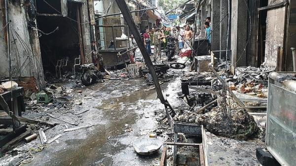 TP.HCM: Ngã xe làm hàng trăm bình gas mini phát nổ, 6 ki ốt bị thiêu rụi