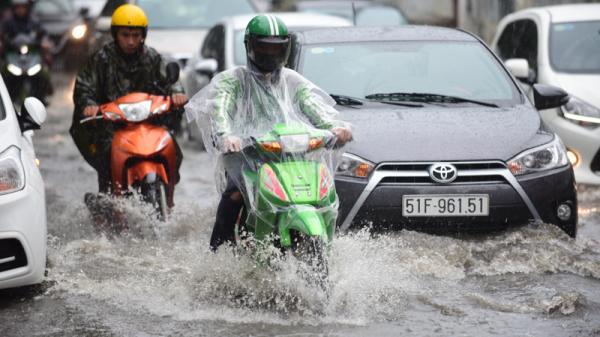 Mưa dai dẳng suốt trưa, người Sài Gòn lại băng băng lướt sóng
