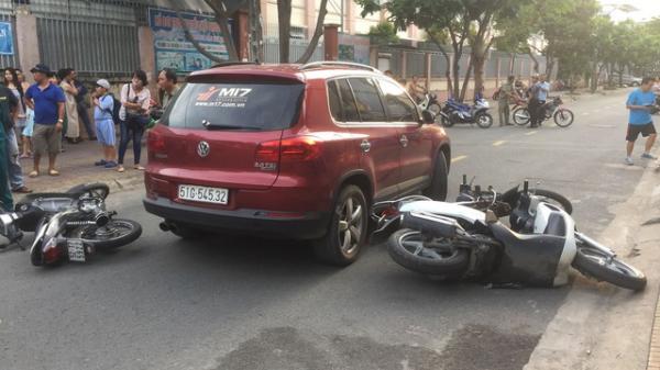 TP.HCM: Nữ tài xế ô tô t ông hàng loạt xe máy của phụ huynh chờ đón con trước cổng trường