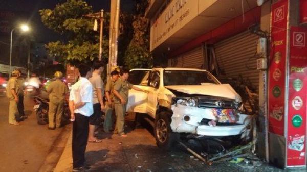 Hiện trường vụ ô tô lao qua dải phân cách, đ âm thẳng vào nhà dân ở TP.HCM