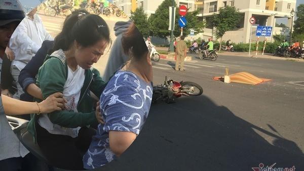Vợ khóc n gất nhận x ác chồng bị xe rước học sinh cán c hết ở Sài Gòn