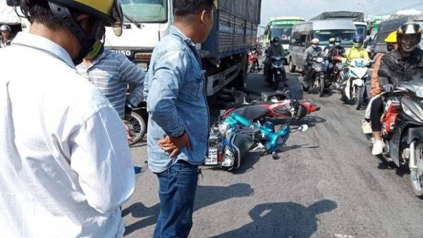 Xe tải mới mua mất thắng, tông hàng loạt xe máy đang dừng đèn đỏ khiến 11 người bị t hương
