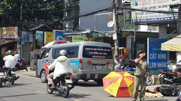 Cô gái 20 tuổi bị xe tải c án t ử vo ng th ương tâm, người dân dùng ô che nắng cho t hi th ể