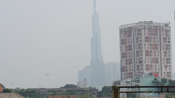 Cao ốc Sài Gòn 'biến hình' dưới lớp mù đặc quánh từ sáng đến chiều